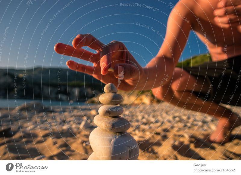 Stein auf Stein... Mensch maskulin Junger Mann Jugendliche Erwachsene Hand Finger 1 30-45 Jahre Natur Wasser Wolkenloser Himmel Sommer Schönes Wetter Strand