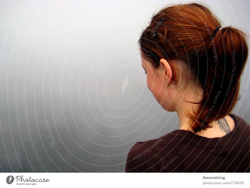 Blick ins Nichts Mensch Jugendliche Gesicht Erwachsene feminin grau Haare & Frisuren Wetter braun Rücken Nebel Haut Bekleidung Ohr 18-30 Jahre beobachten