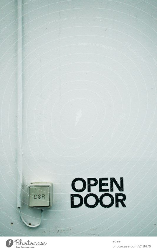 Please Kabel Fassade Tür Schriftzeichen weiß Türöffner Schalter Wand Typographie aufmachen Hinweisschild Farbfoto Gedeckte Farben Außenaufnahme Menschenleer