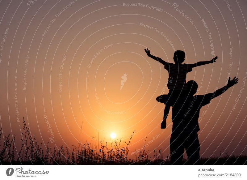 Vater und Sohn, die im Park zur Sonnenuntergangzeit spielen. Kind Mensch Natur Ferien & Urlaub & Reisen Mann Sommer Hand Freude Erwachsene Lifestyle Sport Junge