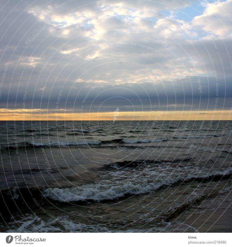Abend am Strand schön ruhig Ferne Meer Wellen Wasser Himmel Wolken Horizont Küste Ostsee Traurigkeit nass Stimmung Einsamkeit feucht Gischt Atmosphäre Glätte