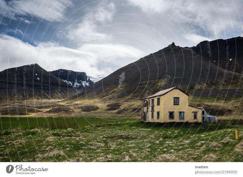 Verlassen Natur Landschaft Pflanze Himmel Wolken Frühling Schönes Wetter Wind Gras Wiese Felsen Berge u. Gebirge Fjord Menschenleer Haus Ruine alt Armut blau