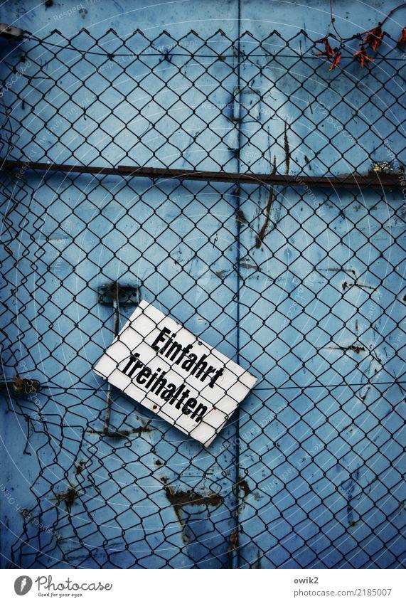 Eingeschränkt gültig alt blau weiß schwarz Metall trist Schilder & Markierungen Vergänglichkeit Buchstaben Rost Blech Einfahrt Maschendrahtzaun Zahn der Zeit