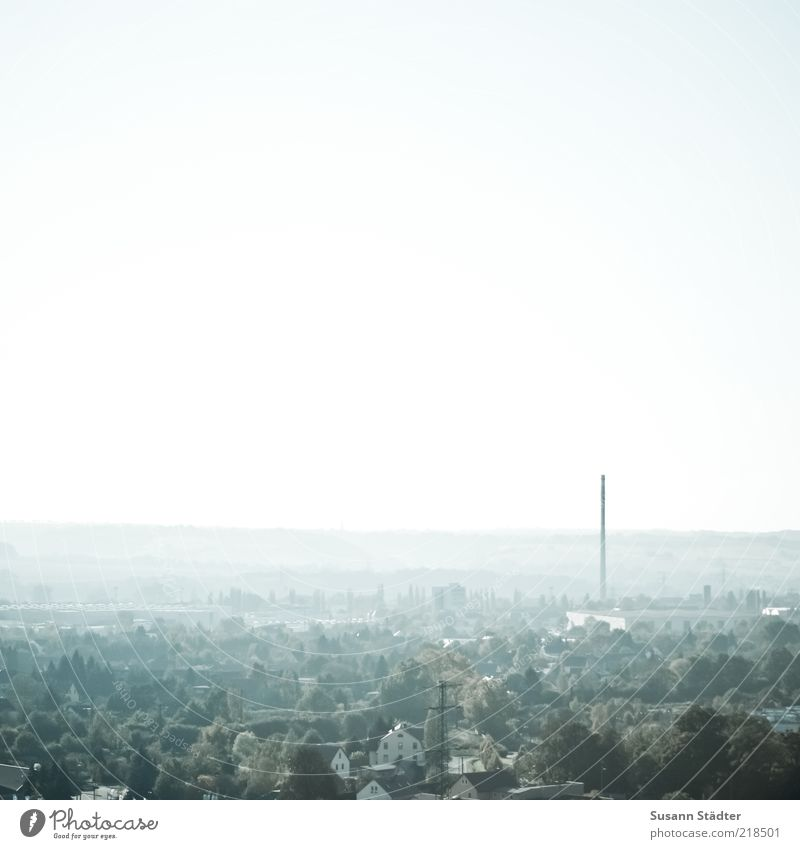 Dunst über Radebeul Kleinstadt Skyline hell schlechtes Wetter Horizont Schornstein Gedeckte Farben Außenaufnahme Textfreiraum links Textfreiraum oben