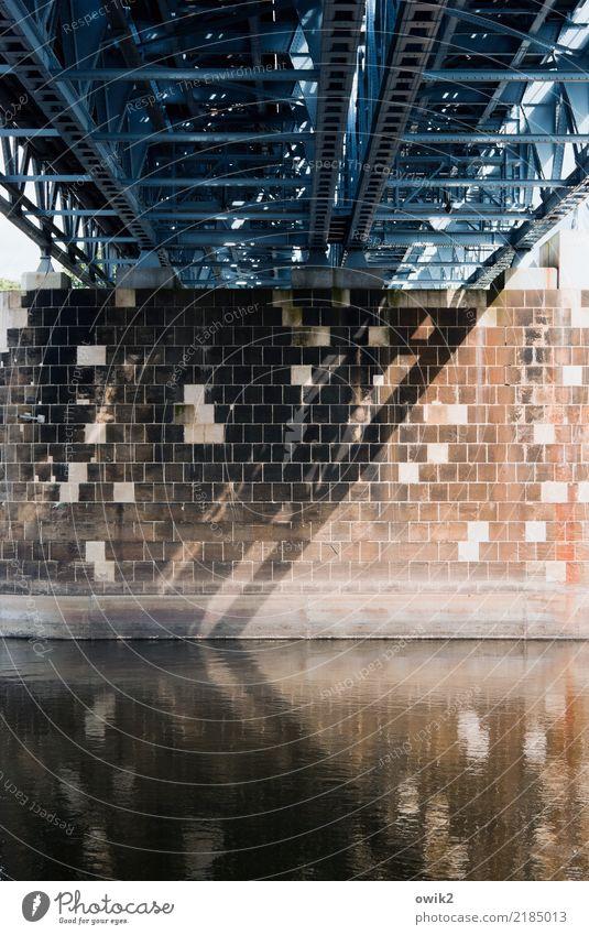 Innenleben Wasser Fluss Elbe Meissen Deutschland Kleinstadt Brücke fest groß Metall Stein Brückenpfeiler wuchtig Stabilität fließen Elbbrücke Farbfoto