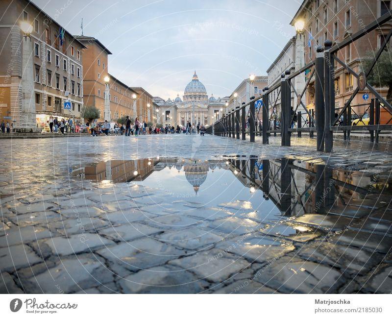 Petersdom Rom Italien Europa Fußgängerzone Dom Architektur Sehenswürdigkeit Stein entdecken leuchten Ferien & Urlaub & Reisen alt blau gold grau Pflastersteine