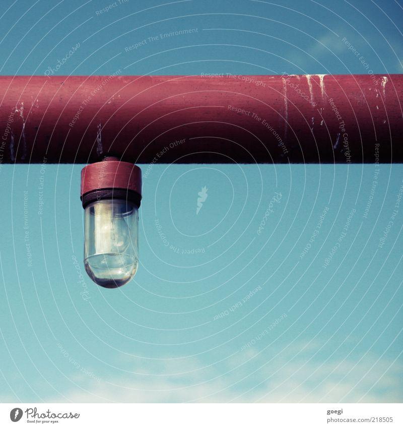 eingemachte Birne I Himmel blau rot Wolken Lampe Metall Glas Laterne Stahl Röhren Eisenrohr Idee Glühbirne Pipeline industriell Vogeldreck