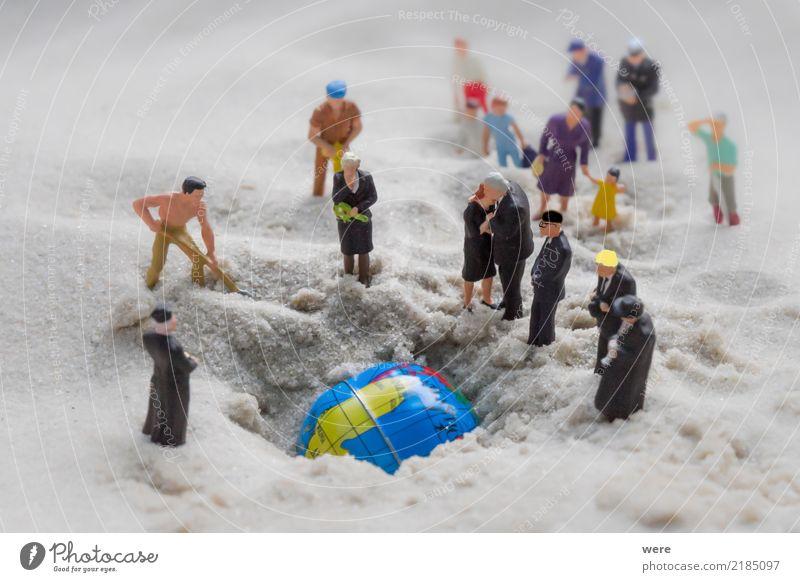 Eine Gruppe Menschen beerdigen die Erde, die gestorben ist. Tod Klima Trauer Zukunftsangst Gewalt Globus dumm Menschenmenge Krieg Aggression Klimawandel