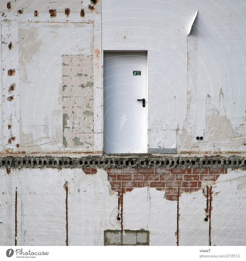 kommst du runter? Baustelle Haus Mauer Wand Fassade Tür Zeichen alt authentisch außergewöhnlich dunkel eckig einfach kaputt trist grau Farbfoto Gedeckte Farben
