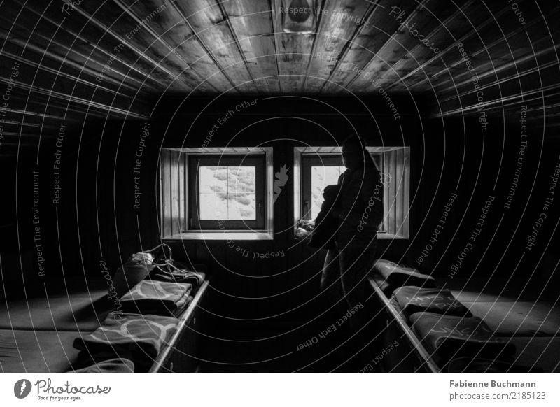 Hüttenzauber Berge u. Gebirge wandern Hüttenferien Schlafsaal Schlafmatratze Holzhütte Holzdecke Fenster Fensterblick 1 Mensch schlafen stehen dunkel Abenteuer