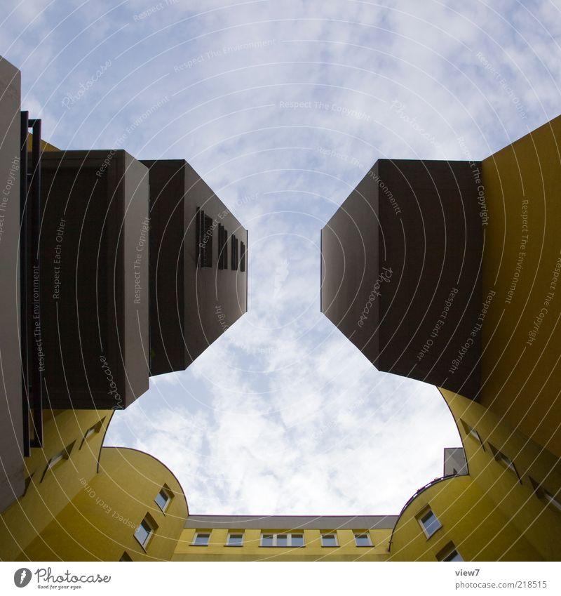 eckig und kantig Himmel Haus Wolken gelb dunkel Wand oben Fenster grau Mauer Architektur Hochhaus Fassade Perspektive modern