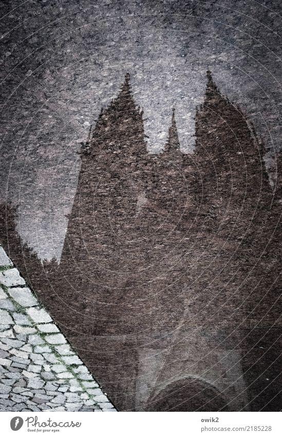 Meißen von unten Wasser Meissen Deutschland Kleinstadt Kirche Dom bedrohlich dunkel groß hoch nass Stadt Pflastersteine Kirchturmspitze auf dem Kopf verkehrt