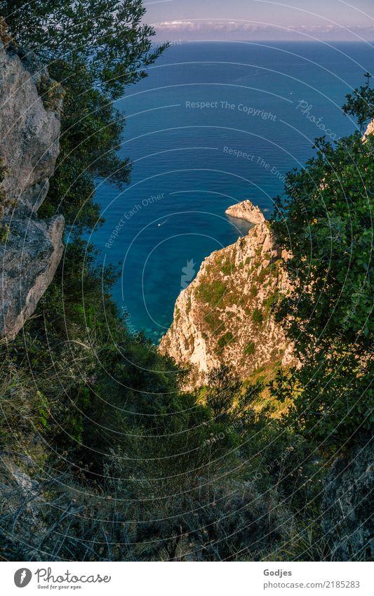 Landzunge bei Angelokastro II Natur Landschaft Wasser Himmel Wolken Sommer Schönes Wetter Pflanze Baum Sträucher Hügel Felsen Küste Bucht Meer Korfu Bootsfahrt
