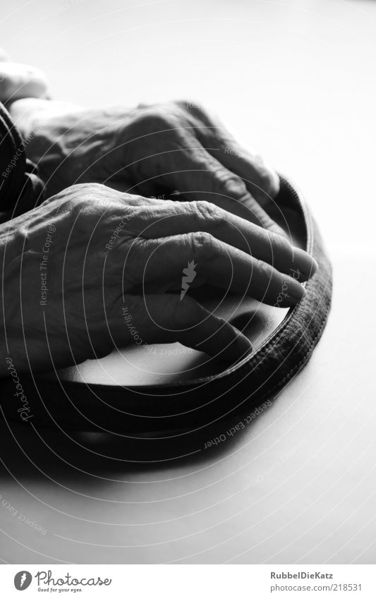 Bitte Warten Mensch Frau alt Hand weiß schwarz Senior warten Finger trist festhalten Großmutter 60 und älter Langeweile Weiblicher Senior Nervosität