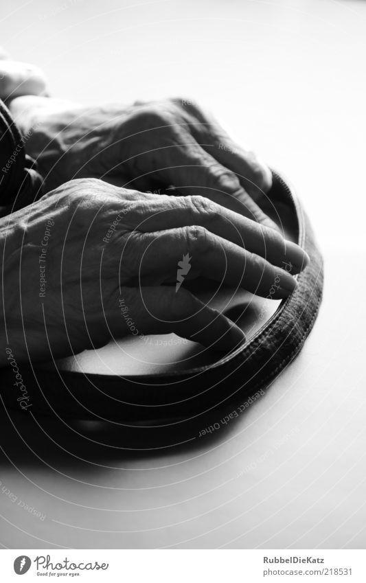 Bitte Warten Mensch Weiblicher Senior Frau Großmutter Hand Finger 60 und älter alt festhalten warten trist schwarz weiß Nervosität sparsam Schwarzweißfoto
