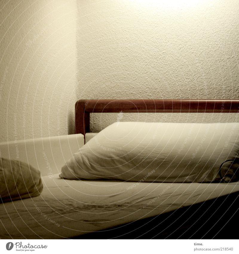 menschenleer weiß braun Bett Hotel Dienstleistungsgewerbe Falte beige einzeln Kissen Bettlaken Schlafzimmer Bettdecke Pension Atmosphäre Schlafmatratze