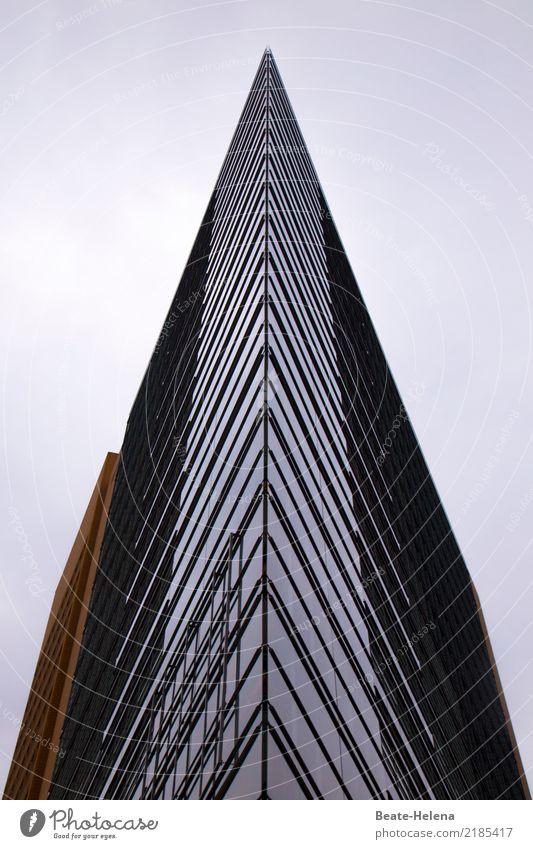 Spitze Büro Stadt Hochhaus Bauwerk Gebäude Architektur Mauer Wand Glas glänzend ästhetisch außergewöhnlich gigantisch Sauberkeit eckig Fassade Glasfassade