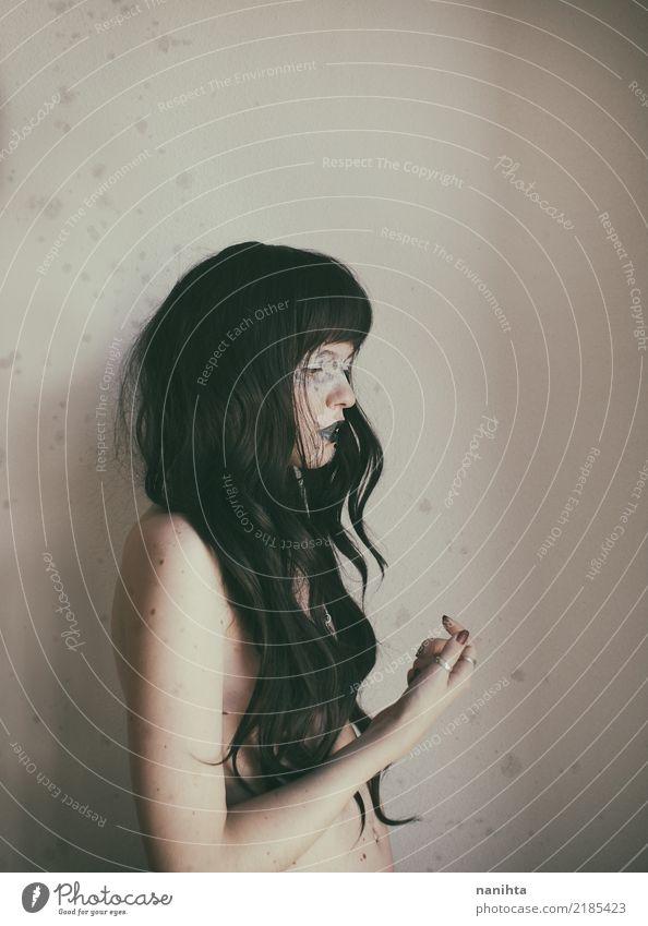 Künstlerisches Porträt einer jungen Frau mit Sommersprossen exotisch schön Körper Schminke Sinnesorgane Mensch feminin Junge Frau Jugendliche 1 18-30 Jahre