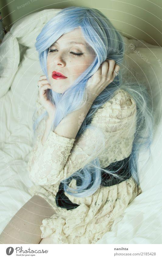 Junge und stilvolle Frau mit dem blauen Haar Mensch Jugendliche Junge Frau schön weiß Erotik 18-30 Jahre Erwachsene gelb feminin Stil Haare & Frisuren Mode