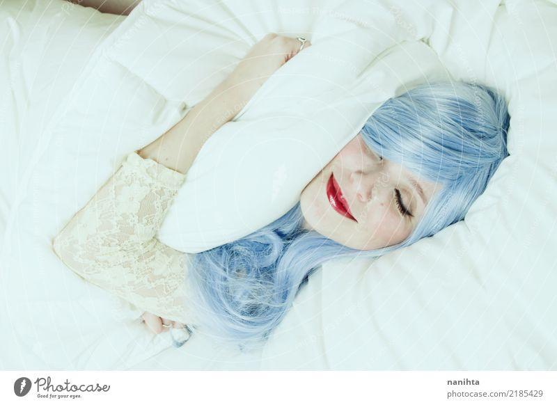 Junge Frau, die in den Träumen lächelt und ein Kissen umarmt Lifestyle Freude schön Gesicht Lippenstift Bett Schlafzimmer Mensch feminin Jugendliche 1