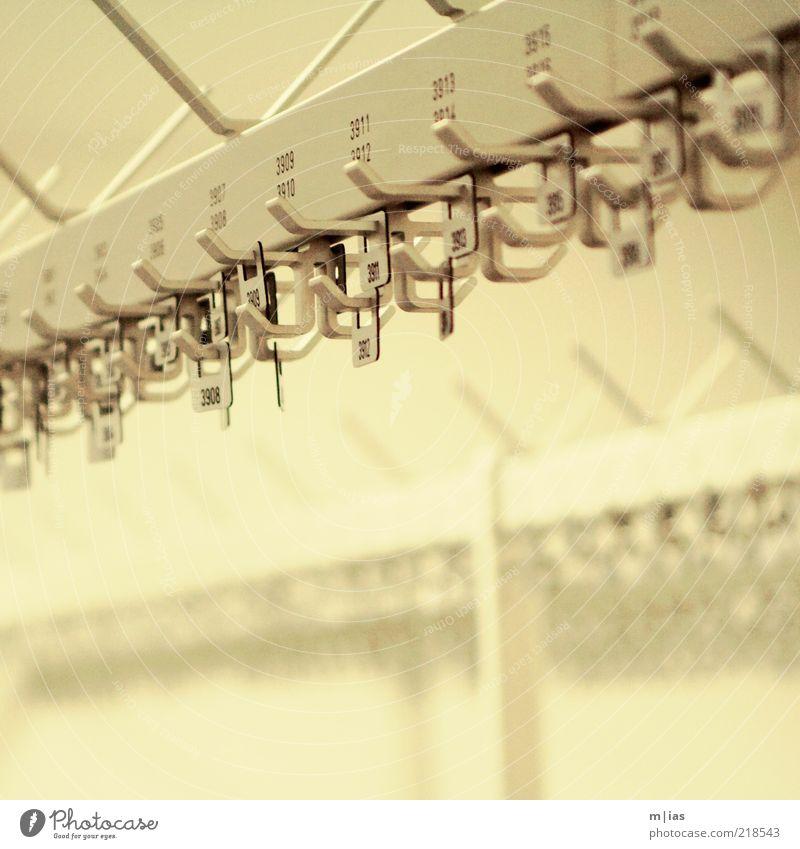 abhängen Kleiderständer Dienstleistungsgewerbe Kongresszentrum Arbeitsplatz Haken Schilder & Markierungen grau silber schwarz Kontrast Ziffern & Zahlen Ordnung