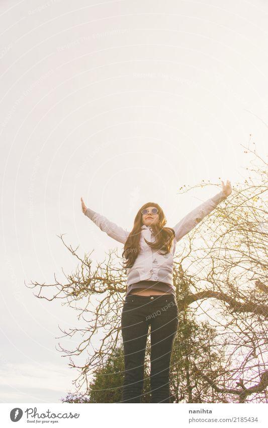 Junge Frau mit ihren Armen hob in den Himmel an Mensch Natur Jugendliche Sommer Baum Freude 18-30 Jahre schwarz Erwachsene Leben Umwelt Lifestyle Herbst feminin