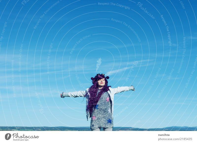 Junge Frau ist frei in der Mitte des Himmels Mensch Natur Jugendliche blau 18-30 Jahre Erwachsene Leben Umwelt Lifestyle Gesundheit feminin Stil