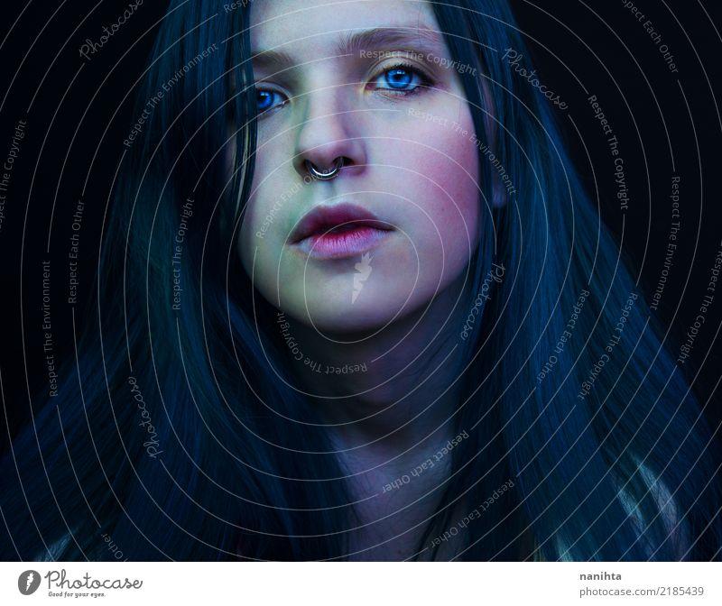 Dunkles Porträt einer schönen und jungen Frau Mensch Jugendliche Junge Frau dunkel 18-30 Jahre Gesicht Auge Erwachsene Leben feminin Stil Kunst Haare & Frisuren