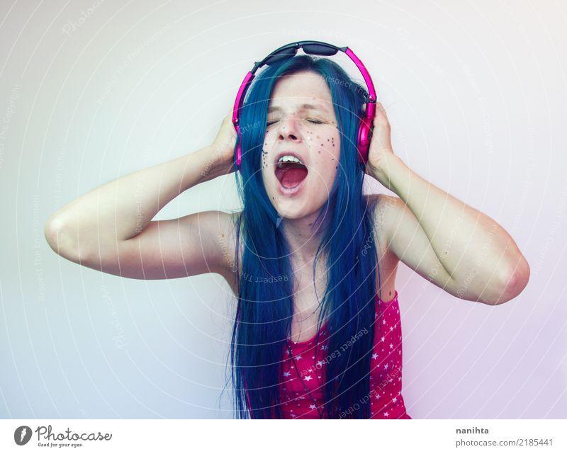 Junge schreiende Frau, während sie Musik hört Mensch Jugendliche Junge Frau blau schön Freude 18-30 Jahre Erwachsene Lifestyle feminin Stil Haare & Frisuren