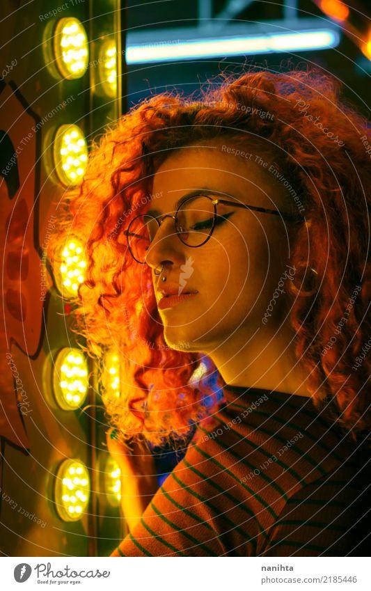 Portrait der jungen Frau belichtet durch goldene Lichter Mensch Jugendliche Junge Frau schön 18-30 Jahre schwarz Erwachsene Leben Lifestyle feminin Stil Party