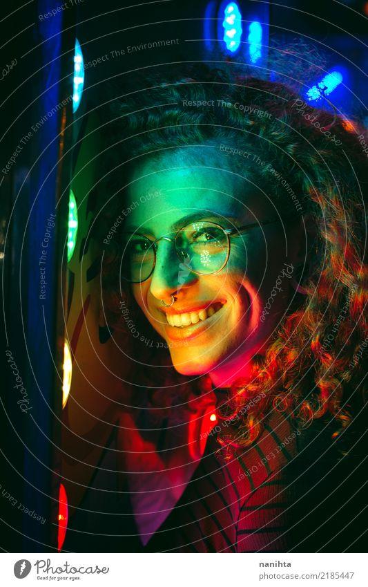 Das Porträt der jungen Frau mit Regenbogen färbte Lichter Mensch Jugendliche Junge Frau schön Freude 18-30 Jahre Erwachsene Leben Lifestyle feminin Stil Party