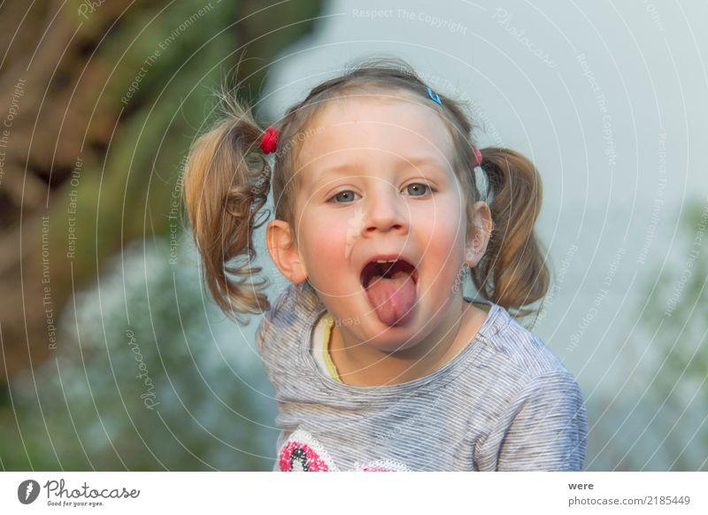 Kleines Mädchen mit blonden Haaren streckt die Zunge heraus Spielen Kind Mensch feminin Kleinkind Kopf 1 3-8 Jahre Kindheit frech Neugier niedlich dunkelblond