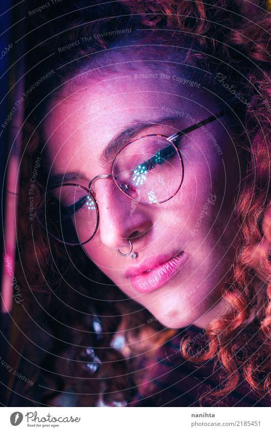 Das Porträt der jungen Frau, das mit Farbe belichtet wird, beleuchtet Mensch Jugendliche Junge Frau schön dunkel 18-30 Jahre Gesicht Erwachsene Lifestyle