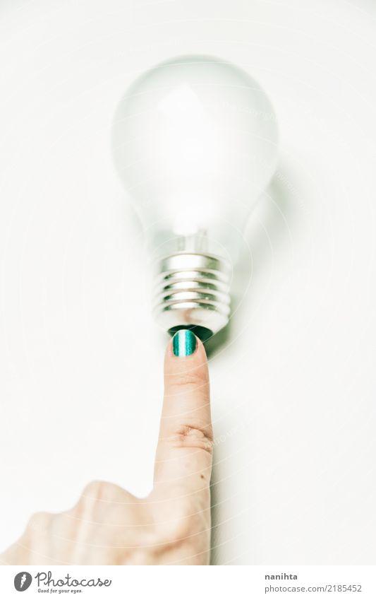 Finger berühren eine Glühbirne Maniküre Nagellack Technik & Technologie Energiewirtschaft Erneuerbare Energie Mensch feminin Junge Frau Jugendliche Hand 1