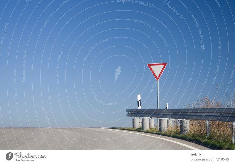 vorfahrt Wolkenloser Himmel Menschenleer Verkehrswege Straßenverkehr Straßenkreuzung Verkehrszeichen Verkehrsschild Zeichen Hinweisschild Warnschild eckig