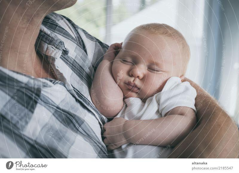 Vater, der neugeborenen Babysohn hält Kind Mensch Ferien & Urlaub & Reisen Mann Hand Erholung Freude Erwachsene Leben Lifestyle Liebe Gefühle Junge
