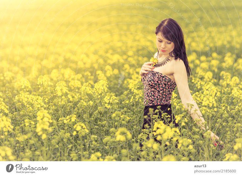 Hübsches Mädchen in Jugend Sommer Sonne mit gelben Natur Blumen Frau Mensch Ferien & Urlaub & Reisen Jugendliche Junge Frau Pflanze schön Landschaft Erholung