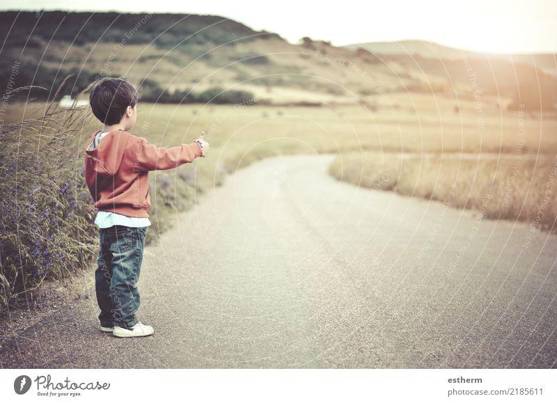 Kind auf der Straße Lifestyle Ferien & Urlaub & Reisen Ausflug Abenteuer Freiheit Sightseeing Mensch maskulin Kleinkind Junge Kindheit 1 3-8 Jahre Natur Feld