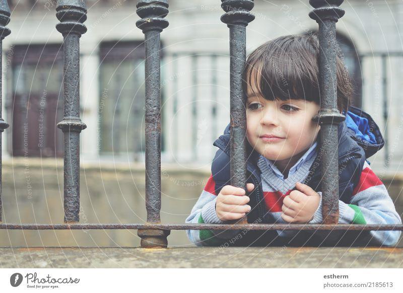 nachdenkliches Kind Mensch Einsamkeit Traurigkeit Gefühle Freiheit Denken maskulin träumen Kindheit Abenteuer Fitness beobachten Neugier entdecken Hoffnung