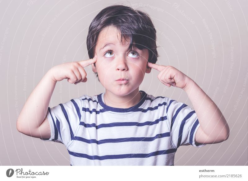 Nachdenkliches Kind Mensch Freude Lifestyle Gefühle Schule Denken maskulin träumen Kindheit Lächeln Fröhlichkeit Abenteuer lernen Fitness Neugier
