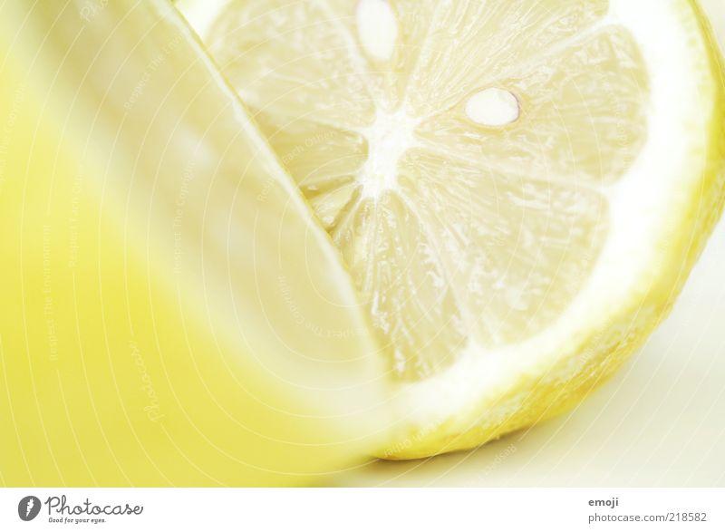 gelb & sauer Ernährung hell Frucht frisch Teilung Hälfte Kerne Zitrone Anschnitt Bildausschnitt fruchtig Zitrusfrüchte aufgeschnitten vitaminreich