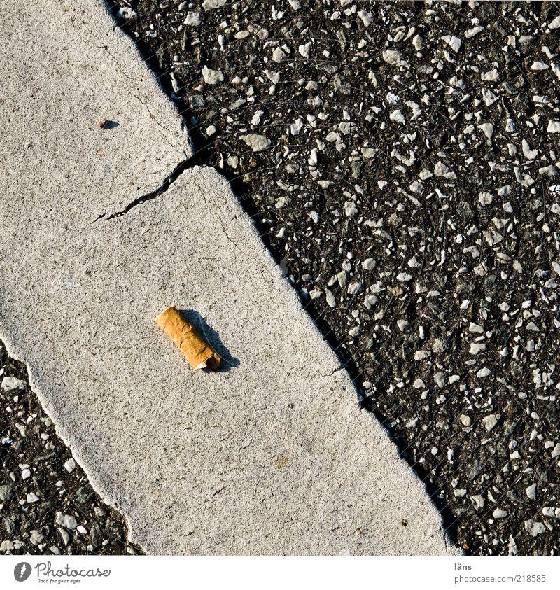 hab gerade aus Straße Perspektive Asphalt Tabakwaren Zigarette Teer Laster Abhängigkeit Fahrbahnmarkierung Nikotin Drogensucht Zigarettenstummel Filterzigarette