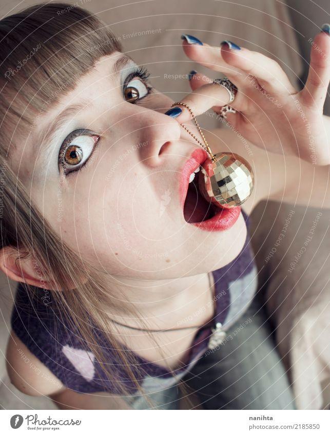 Junge Frau, die einen Discoball isst Lifestyle Stil Design exotisch schön Gesicht Party Feste & Feiern Mensch feminin Jugendliche 1 18-30 Jahre Erwachsene