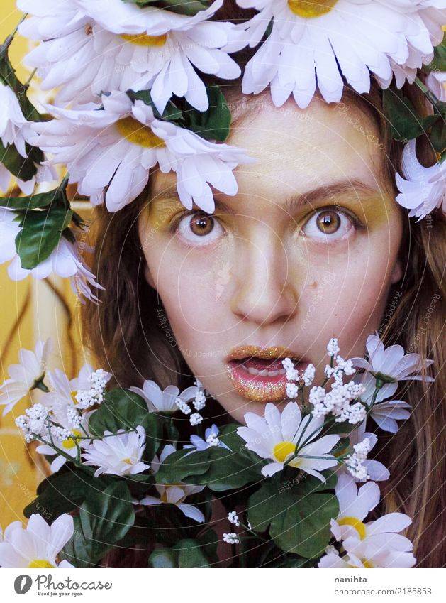 Junge Frau mit vielen Gänseblümchen Stil Design exotisch schön Haut Gesicht Schminke Lippenstift Feste & Feiern Karneval Mensch feminin Jugendliche 1