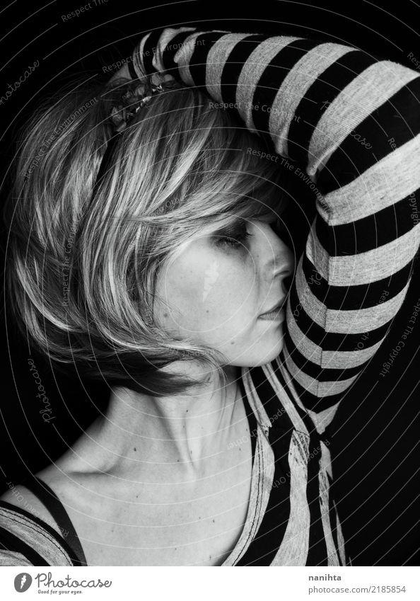 Mensch Jugendliche Junge Frau schön weiß dunkel 18-30 Jahre schwarz Gesicht Erwachsene Lifestyle Traurigkeit feminin Haare & Frisuren Mode grau