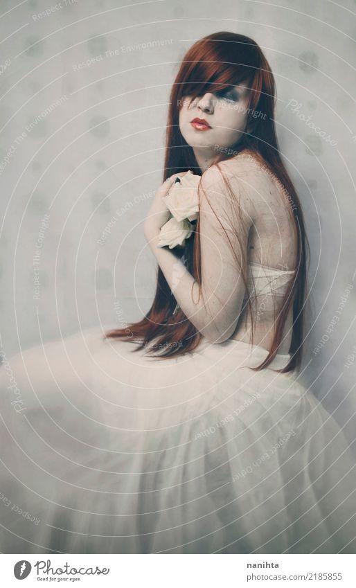 Künstlerisches Porträt von weiße Rosen einer Rothaarigefrau huggin Mensch Jugendliche Junge Frau schön rot Erholung ruhig 18-30 Jahre Erwachsene feminin Stil