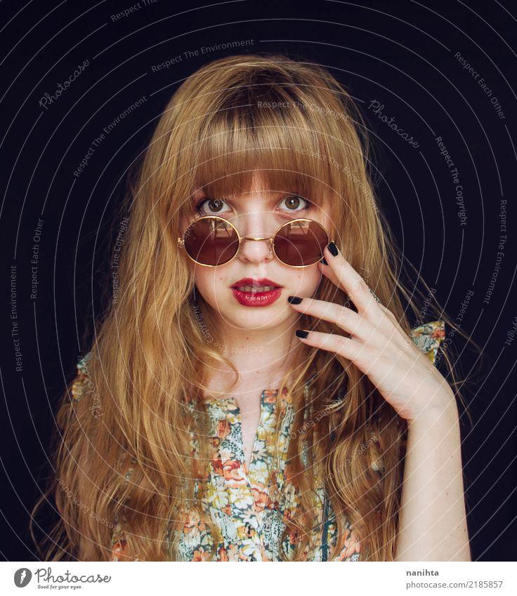 Junge und hübsche blonde Frau mit Sonnenbrille Lifestyle elegant Stil schön Haare & Frisuren Haut Gesicht Mensch feminin Junge Frau Jugendliche 1 18-30 Jahre