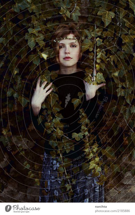 Junge Frau von einem Efeu bedeckt Mensch Natur Jugendliche Pflanze Blatt dunkel 18-30 Jahre Erwachsene Umwelt Herbst Frühling natürlich feminin Kunst