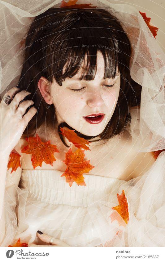 Junge Frau, die mit Herbstblättern und -wasser aufwirft Stil schön Gesundheit harmonisch Sinnesorgane Erholung Mensch feminin Jugendliche 1 18-30 Jahre