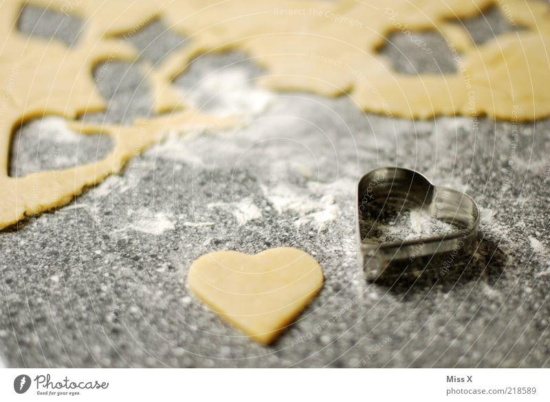 Ein Herz Lebensmittel Teigwaren Backwaren Ernährung lecker süß weich Plätzchen herzförmig stechen Farbfoto Innenaufnahme Menschenleer Schwache Tiefenschärfe
